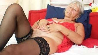 Elderly woman rubbing her cunt on cam