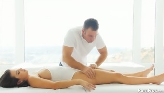 Hypnotized babe Keisha Grey gets intimate with her masseuse