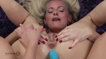 Texas Patti drills Dirty Tina's ass with toys