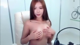 Young korean cam beauty shows her tits