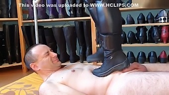 Trampling in winter boot with pivoting grip