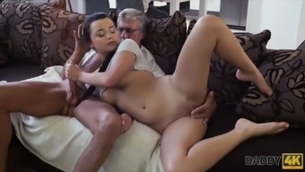 Cock of mature dad satisfies girl&#039s need in good dicking